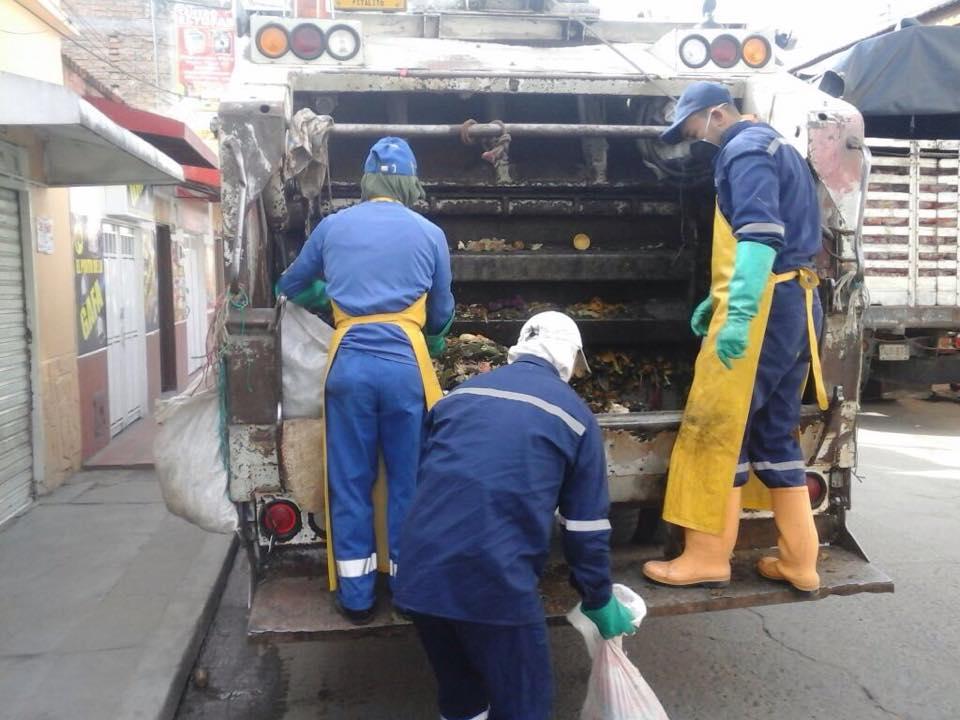 Empitalito apoya la ardua labor de los recolectores de basura.