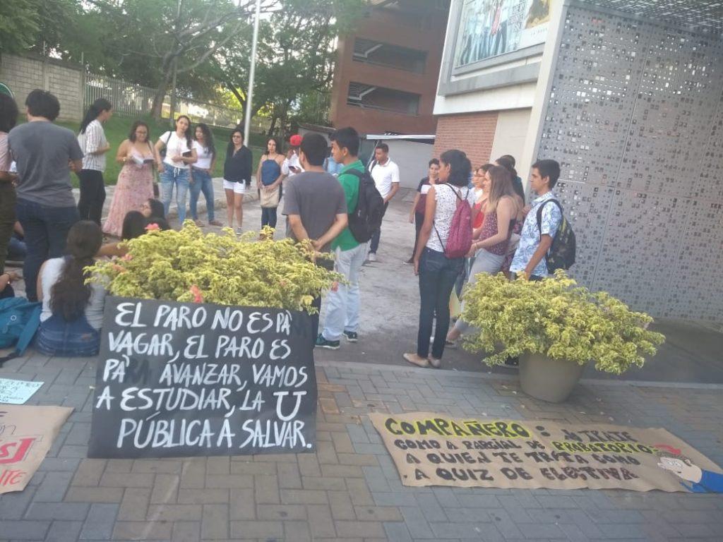 SIMBOLISMO COMO VÍA DE PROTESTA PARA DEFENDER LA EDUCACIÓN PÚBLICA